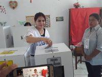 Sukseskan Pemilu, Bupati Minut Salur Hak Suaranya di TPS 9 Sarongsong